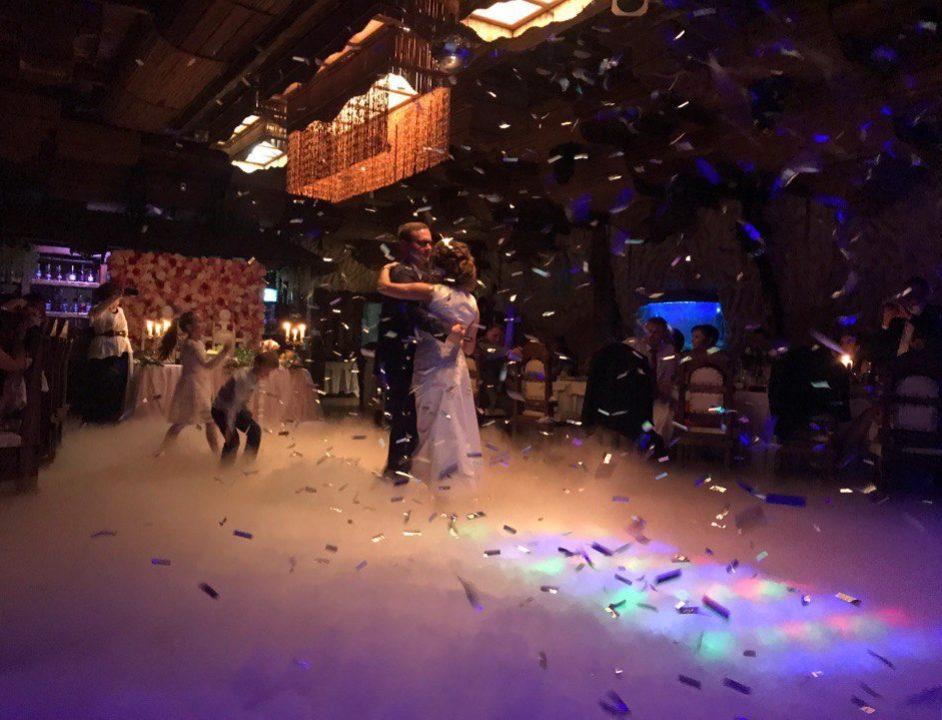 Конфетти и тяжелый дым на свадьбу